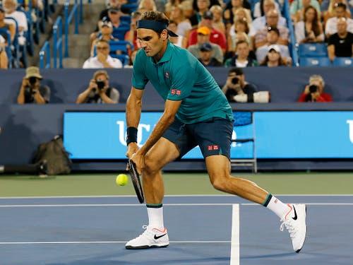 Federer wehrt den einzigen Breakball gegen sich beidhändig ab (Bild: KEYSTONE/AP The Cincinnati Enquirer/SAM GREENE)
