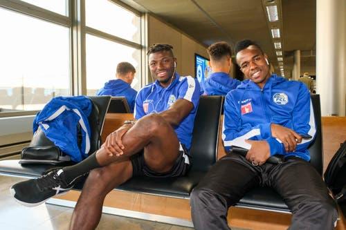 Eric Tia Chef und Ibrahima Ndiaye vor dem Abflug nach Barcelona. (Bild: Martin Meienberger/freshfocus)