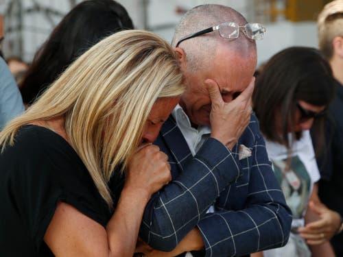Angehörige von Opfern des Brückeneinsturzes trauern an der Gedenkfeier. (Bild: KEYSTONE/AP/ANTONIO CALANNI)