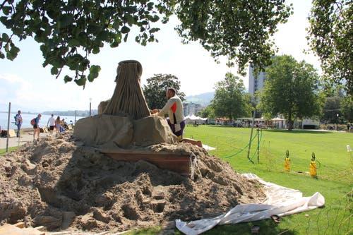 Sandkünstler arbeiten rund um die Uhr an ihren Werken. (Bild: Sheila Eggmann)