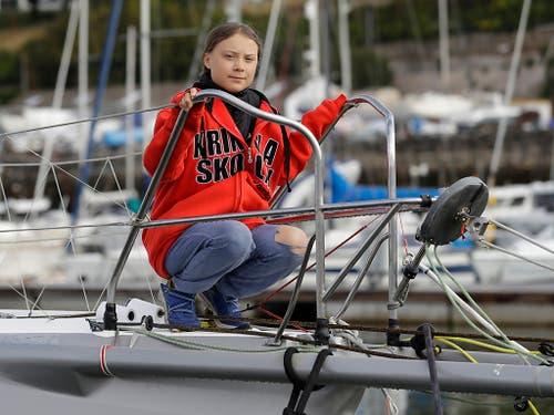 Greta Thunberg posiert in Plymouth vor der Abfahrt auf der Hochseejacht «Malizia II». (Bild: KEYSTONE/AP/KIRSTY WIGGLESWORTH)
