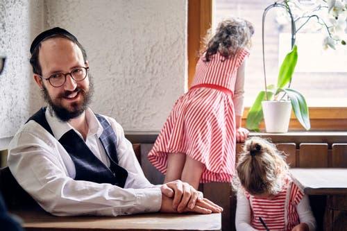 Ari Leitner mit seinen beiden Töchtern. (Bild: Colin Frei)