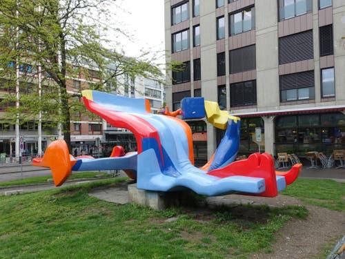 Die auf der Heuwaage aufgestellte grellbunte Skulptur «Lieu dit» von Michael Grossert löste 1976 eine heftige politische Debatte über aktuelle Kunst aus. (Bild: EinDao, Wikipedia)