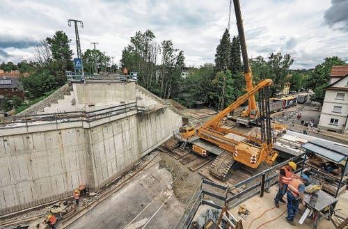 Für den Einbau der neuen Brücke bei Wangen am 19. August muss vor Ort ein 650-Tonnen-Monsterkran montiert werden.