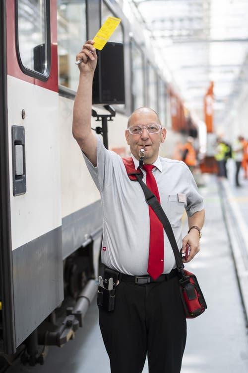 Stefan Spörri zeigt den Ablauf bei der Türschliessung. Hier wird dem Lokführer angezeigt, dass er bald losfahren kann. (Bild: Keystone/Ennio Leanza)