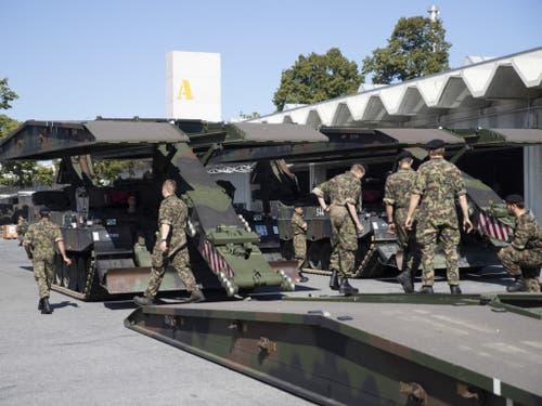 Auch solche Brückenpanzer werden am Tag der offenen Tür zu sehen sein. (Bild: Keystone/PETER KLAUNZER)