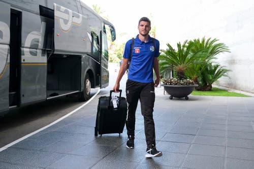 FCL-Captain Pascal Schürpf auf seinem Weg ins Hotel. (Bild: Martin Meienberger/freshfocus)