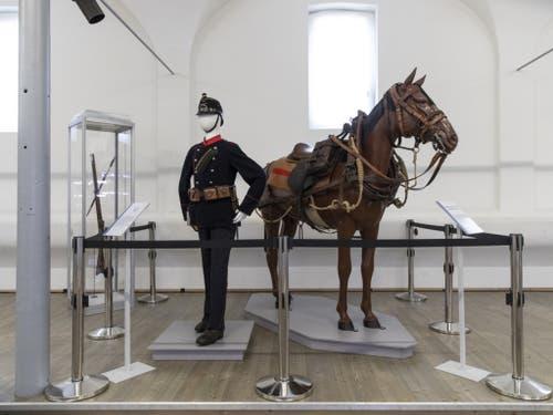 Die Uniform und die Reitausrüstung eines Füsiliers aus dem Jahr 1898 in der Ausstellung zu den Veränderungen von Waffenplatz Thun und Stadt Thun in den letzten 200 Jahren. (Bild: Keystone/PETER KLAUNZER)
