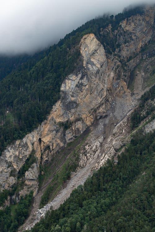 Blick auf die Stelle des Felssturzes. (Bild: Valentin Luthiger)