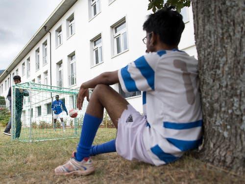 Flüchtlinge beim Fussballspiel in einem Asylzentrum. Die Asylgesuche in der Schweiz gingen im ersten Halbjahr 2019 um 10 Prozent zurück. (Bild: KEYSTONE/LAURENT GILLIERON)