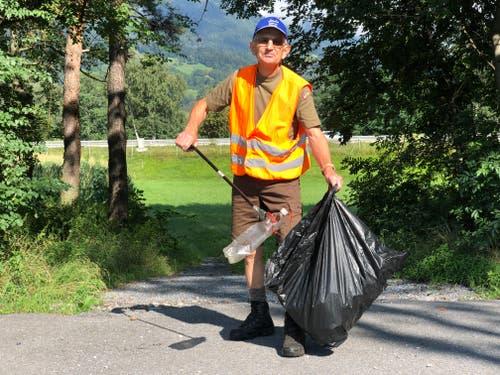 Täglich im Einsatz: Egal, wohin Paul Hobi geht, er hat stets ein Auge auf achtlos weggeworfenen Müll. (Bild: Jessica Nigg)
