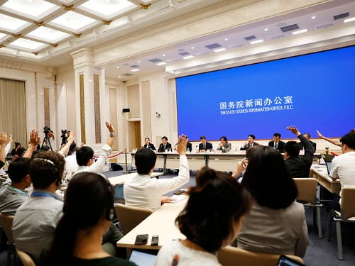 Experten geben an einer Medienkonferenz in Peking Auskunft zur Lage in der Sonderverwaltungszone Hongkong. (Bild: KEYSTONE/EPA/HOW HWEE YOUNG)