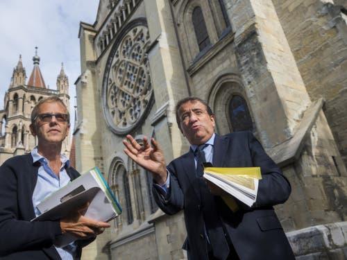 Staatsrat Pascal Broulis (r.) und Yves Golay-Fleurdelys, Präsident der Technischen Kommission, erklären vor den Medien die geplanten Restaurierungsarbeiten am bedeutendsten gotischen Bauwerk der Schweiz. (Bild: Keystone/JEAN-CHRISTOPHE BOTT)