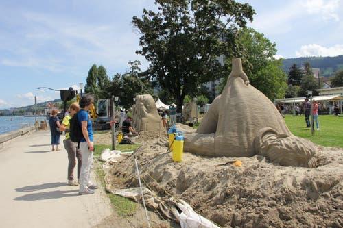 Besucher vor der Skulptur «Need a hand?». (Bild: Sheila Eggmann)