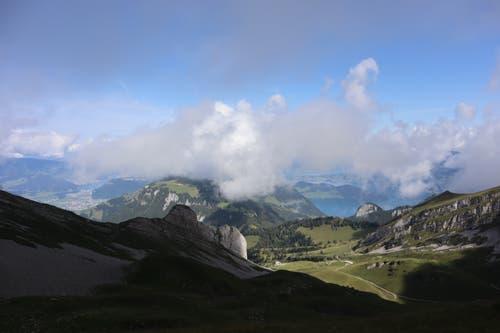 Die sich langsam auflösenden Nebelschwaden ergeben einen interessanten Ausblick in den Kanton Nidwalden und Luzern. (Bild: Josef Arnold, Glattigrat Isenthal, 16. August 2019)