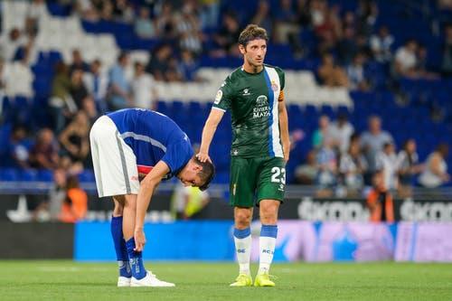 Luzerns Lazar Cirkovic (links) erhält nach dem Spiel eine Aufmunterung von Espanyols Esteban Granero. Bild: Freshfocus / Martin Meienberger (Barcelona, 15. August 2019)