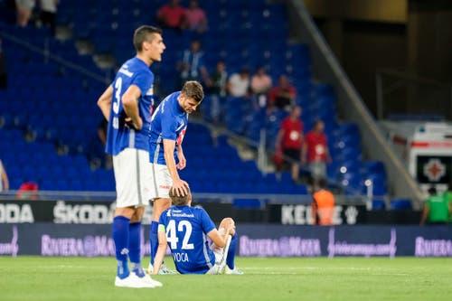 Luzerns Lazar Cirkovic (von links), Pascal Schürpf und Idriz Voca sammeln sich nach dem Spiel. Bild: Freshfocus / Martin Meienberger (Barcelona, 15. August 2019)