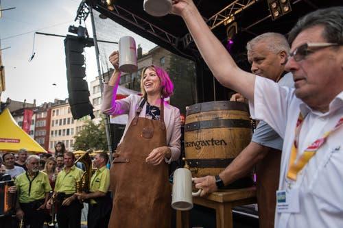 «Es ist angezapft!»: Stadträtin Sonja Lüthi, Jörg Zürcher von der Brauerei Schützengarten und Festpräsident Bruno Bischof (von links nach rechts) bei der Festeröffnung am frühen Freitagabend. (Bild: Michel Canonica - 16. August 2019)