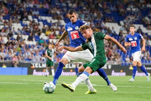 Luzerns Lazar Cirkovic im Zweikampf mit Espanyols Javi Puado. Bild: Freshfocus / Martin Meienberger (Barcelona, 15. August 2019)