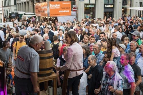 Der Rest der 30 Liter Bier aus dem Holzfass werden unters Publikum verteilt. (Bild: Michel Canonica - 16. August 2019)