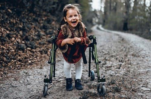 Die kleine Ella wird künftige auf immer mehr teure Hilfsmittel angewiesen sein.Bild: PD