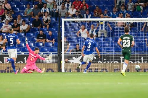 Luzerns Goalie Marius Mueller kann auch das Tor zum 0:3 nicht verhindern. Bild: Freshfocus / Martin Meienberger (Barcelona, 15. August 2019)