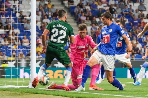 Espanyols Matias Vargas (Espanyol) kämpft gegen Luzerns Torhüter Marius Müller und Remo Arnold. Bild: Freshfocus / Martin Meienberger (Barcelona, 15. August 2019)