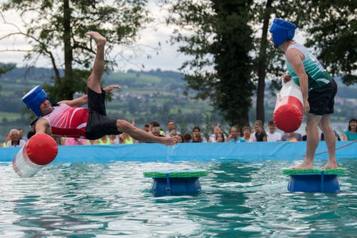 Und das Team Sursee (rot) landet gegen das Team Hildisrieden (grün) im Wasser. (Bild: Eveline Beerkircher, Sempach, 17. August 2019)