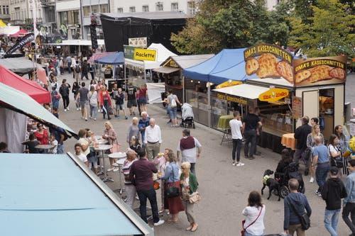 Die Verpflgungsmeile am Samstagmittag an der unteren Marktgasse. (Bild: Hanspeter Schiess - 17. August 2019)