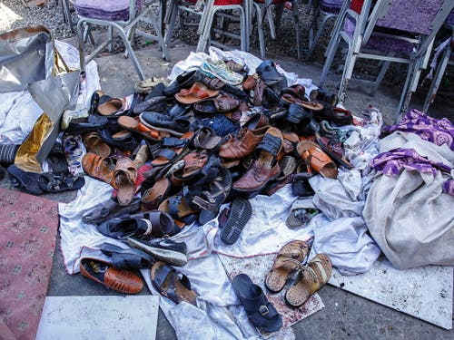 Schuhe der Opfer des Selbstmordanschlags in Kabul. (Bild: KEYSTONE/EPA/HEDAYATULLAH AMID)