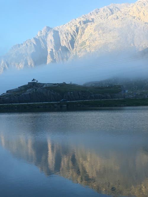 Mystischer Tagesanbruch auf dem Gotthard mit Suworow Denkmal im Hintergrund. (Bild: Rolf Weltert, 18. August 2019)