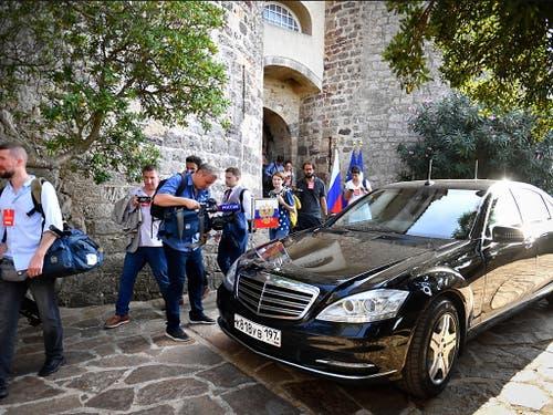 Russische Medienvertreter bei der Ankunft von Präsident Wladimir Putin zum Treffen mit dem französischen Präsidenten Emmanuel Macron. (Bild: KEYSTONE/EPA AFP POOL/GERARD JULIEN / POOL)