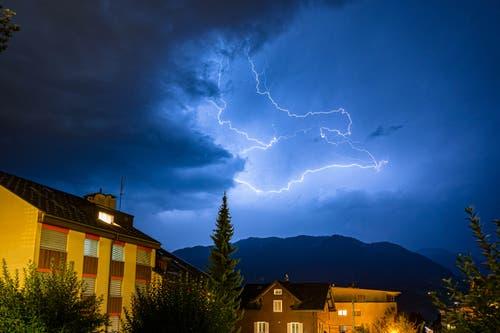 Dieses Bild ist gestern Abend spontan auf der Terrasse entstanden. Bei einen Glas Wein, ist mir und meiner Freundin das Gewitter über dem Entlebuch aufgefallen mit ein paar atemberaubenden Blitzen. (Bild: Christian Lötscher, 18. August 2019, Kerns)