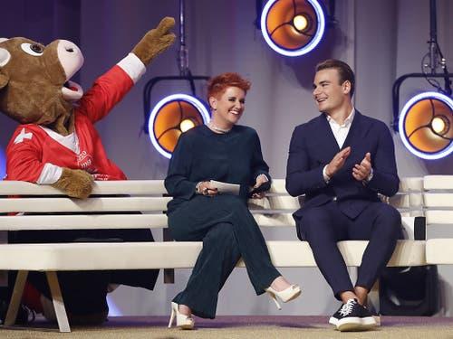 Steffi Buchli (links), hier im Gespräch mit Timo Meier, moderierte den Abend (Bild: KEYSTONE/PETER KLAUNZER)