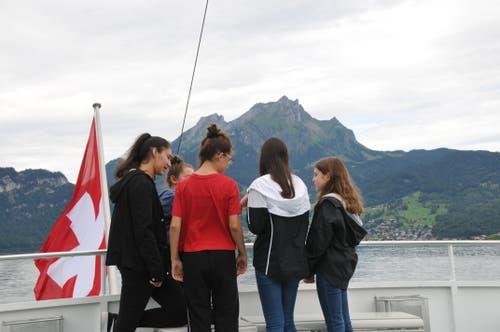Schülerinnen geniessen die Schifffahrt von Stansstad zum Rütli. (19. August 2019)