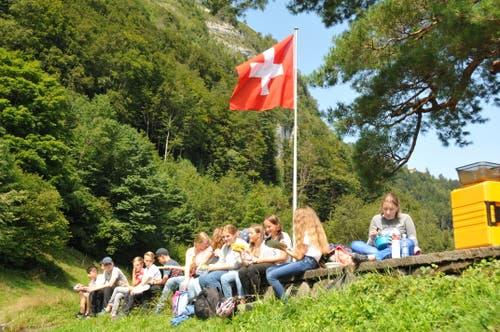 Besondere Mittagspause am ersten Schultag: Älplermagronen auf der Rütliwiese. (19. August 2019)