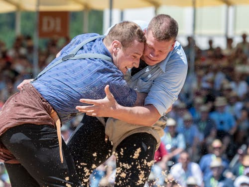 Pirmin Reichmuth (rechts) und Joel Wicki im 4. Gang des diesjährigen Luzerner Kantonalen in Willisau. Das Duell ging gestellt aus (Bild: KEYSTONE/URS FLUEELER)