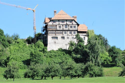 Das Gerüst ist weg: Die Südfassade des Schlosses Zuckenriet präsentiert sich bereits im Endzustand. (Bilder: Ernst Inauen)