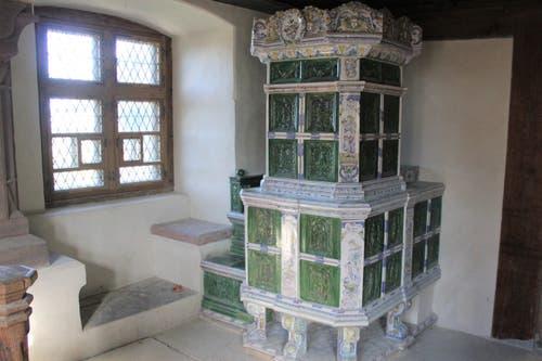 In verschiedenen Räumen stehen nun historische Kachelöfen.