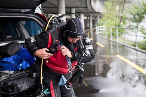 Ruedi Suter schultert die Ausrüstung. (Bild: Manuela Jans-Koch, Hergiswil, 10. August 2019)