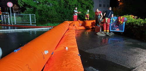 In Buchs ist der Wettibach über die Ufer getreten und hat Strassen, Garagen und Keller überschwemmt. (Bild: BRK News)
