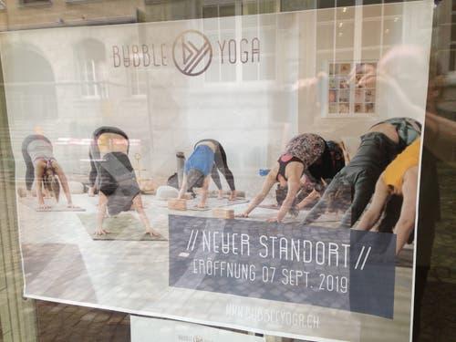 Werbung im Schaufenster an der Kirchgasse 12. (Bild: Reto Voneschen - 21.8.2019)