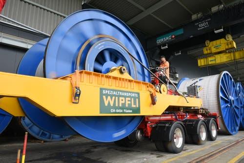 Firmengründer Josef Wipfli hat mit der nach seinen Ideen gebauten Seitenträgerbrücke (gelbe Lastwagenteile) zum Transport von Bobinen den Grundstein gelegt. (Bild: Simon Vogt / Jungfraubahnen)