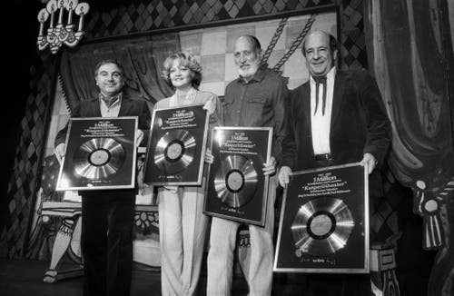Vier Sprecher und Gestalter der Kasperli-Geschichten werden am 27. Oktober 1982 in Zürich für eine Million verkaufte Platten und Kassetten geehrt. V.l.n.r.: Jörg Schneider, Ines Torelli, Heinz Steiger, Paul Bühlmann. (Bild: Keystone)
