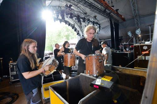 Die Bühnenarbeiter packen die Instrumente aus und bauen sie auf. (Bild: Donato Caspari)