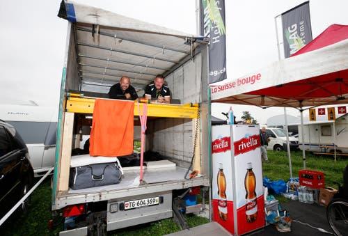 (V.l.n.r.) Pascal Born und Stefan Reisp aus Aadorf TG schlafen im Lieferwagen. (Bild: Stefan Kaiser)