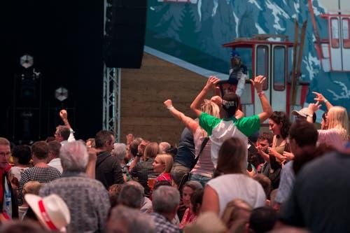 Den Fans gefällt das Konzert von Heimweh. (Bild: Maria Schmid, Zug, 23. August 2019)