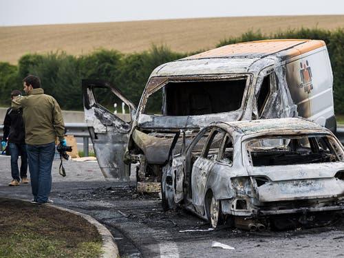 Filmreifes Szenario bei der Autobahnausfahrt La Sarraz VD nach einem spektakulären Raubüberfall auf einen Geldtransporter. (Bild: KEYSTONE/JEAN-CHRISTOPHE BOTT)
