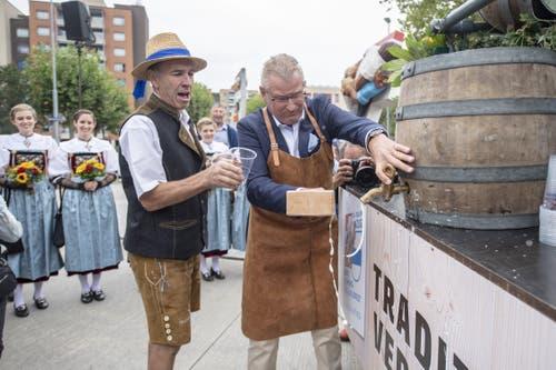 Der OK-Präsident Heinz Tännler (rechts) beim Anzapfen des ersten Bierfasses im Rahmen der offiziellen Eröffnung der Schwingergasse am Esaf. (Bild: KEYSTONE/Urs Flüeler, 23. August 2019)
