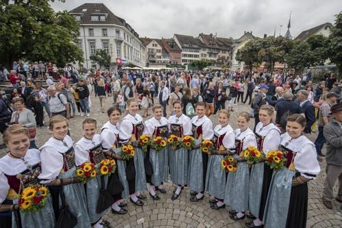 Die Ehrendamen posieren beim traditionellen Fahnenempfang. (Bild: KEYSTONE/Urs Flüeler, 23. August 2019)